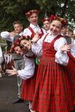 在场面等待的时间的舞蹈家执行后在盛大民间舞音乐会 免版税图库摄影