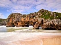 在坎塔布里亚,西班牙海岸的壮观的岩层  库存图片