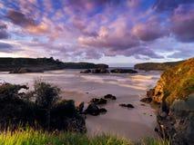 在坎塔布里亚,西班牙海岸的壮观的岩层  免版税图库摄影