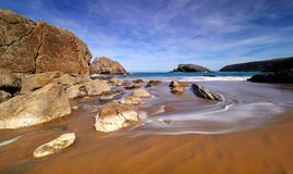 在坎塔布里亚,西班牙海岸的壮观的岩层  免版税库存照片