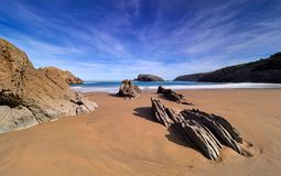 在坎塔布里亚,西班牙海岸的壮观的岩层  图库摄影