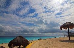 在坎昆墨西哥的Playa Delfines公开海滩 免版税库存照片