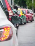 在坏交通路的汽车队列 免版税库存照片