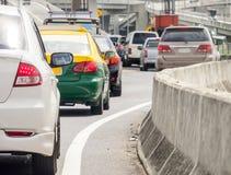 在坏交通路的汽车队列 免版税库存图片