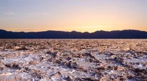在坏水位的日落在死亡谷 库存照片