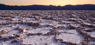 在坏水位的日落在死亡谷 免版税库存图片