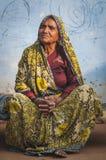 在坐下传统的衣物的印地安长辈 免版税库存图片