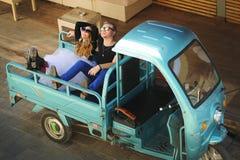在坐在一辆微型卡车背后的爱的夫妇 免版税图库摄影