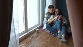 在坐在窗口附近的爱的夫妇 股票录像