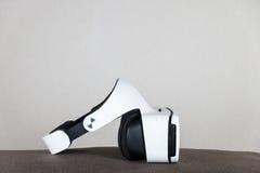 在坐垫的VR玻璃 免版税库存照片