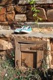 在坐忘记的老拖鞋 免版税库存图片