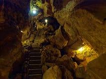 在坑洞Tiefenhoehle里面的通道 库存照片