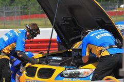 在坑的BMW 免版税库存图片
