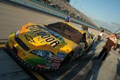 在坑车道排队的NASCAR汽车 库存照片