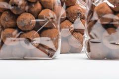 在块菌状巧克力的特写镜头在与焦点的袋子在背景 库存图片