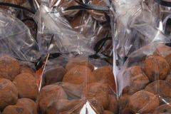 在块菌状巧克力的特写镜头在被堆积的塑料袋 图库摄影