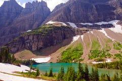在坚固性高山碎片的湖之上 库存照片