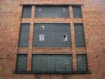 在坚实红砖的Gigant老工厂顶楼大厦窗口我 免版税图库摄影