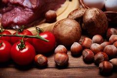 在坚果、樱桃和蘑菇的接近的看法 免版税库存照片