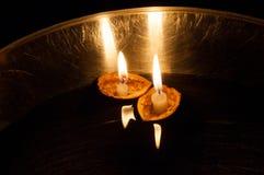 在坚果壳的浮动被点燃的蜡烛 免版税库存照片