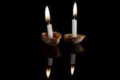 在坚果壳的被点燃的蜡烛 免版税库存照片