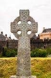 在坟园的凯尔特十字架 免版税库存照片