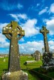 在坟园的凯尔特十字架Cashel岩石的在爱尔兰 库存照片