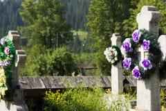 在坟园的十字架 免版税库存图片