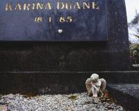 在坟墓的一点天使小雕象 库存照片