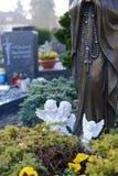 在坟墓的两个天使 库存照片