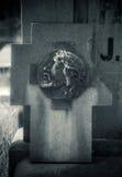 在坟墓的残破的墓石 库存图片