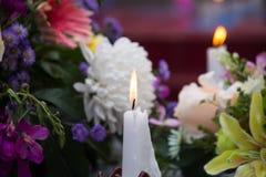 在坟墓的纪念蜡烛光 图库摄影
