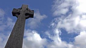 在坟墓的老石十字架在苏格兰 股票视频
