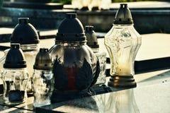 在坟墓的蜡烛在公墓/坟园 诸圣日天/所有尊敬/11月1日 免版税库存图片