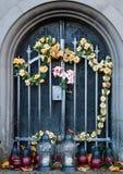 在坟墓的金属门 库存图片