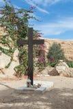 在坟墓附近的一个大木十字架在公墓在圣乔治Hosevit在Mitzpe Yeriho附近的3月Jaris修道院里在Israe 库存照片