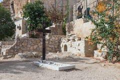 在坟墓附近的一个大木十字架在公墓在圣乔治Hosevit在Mitzpe Yeriho附近的3月Jaris修道院里在Israe 图库摄影