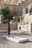 在坟墓附近的一个大木十字架在公墓在圣乔治Hosevit在Mitzpe Yeriho附近的3月Jaris修道院里在Israe 免版税库存图片