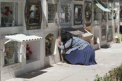 在坟墓附近的未认出的妇女在Cementerio市政公墓在苏克雷,玻利维亚 库存图片