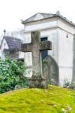 在坟茔的石十字架 免版税库存照片