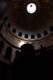 在坟茔里面的教会 库存图片