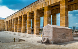 在坟茔附近的古老柱子 免版税库存照片