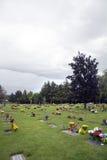 在坟边的花在公墓 免版税库存图片