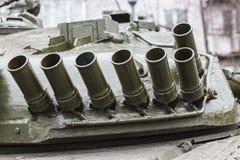 在坦克塔楼安置的防御杂乱的一团烟幕弹 免版税库存照片