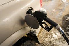 在坦克的燃料喷嘴在加油站 库存图片