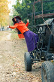 在坦克附近的女孩 免版税图库摄影