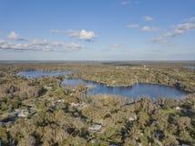 在坦帕,佛罗里达附近的透明的湖水 免版税图库摄影