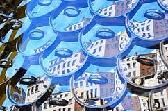 在垂悬的窗口显示的罐盒盖 免版税库存照片