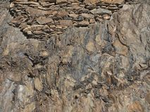 在垂直的岩石的古老砌石 库存图片