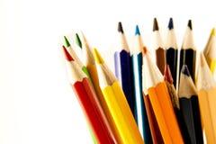 在垂直位置的许多色的铅笔 免版税库存图片